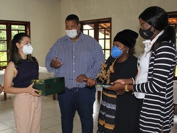 Embaixadora da Zâmbia no Brasil conhece programa social da Fundação Norberto Odebrecht