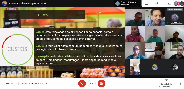 A imagem mostra uma reunião na plataforma Zoom; em um lado, há um slide com informações sobre o tema Custo, em outro, uma grade com pessoas que veem ao curso.