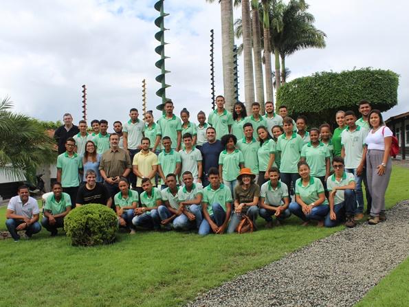 visitantes conhecem escola rural executora do programa social da Fundação Odebrecht